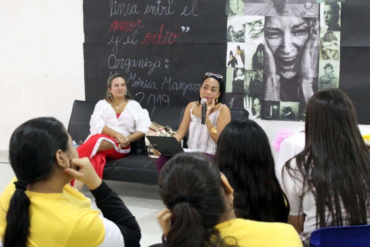 """Docente CURN invitada en Conversatorio """"La delgada línea que separa el amor del odio"""""""