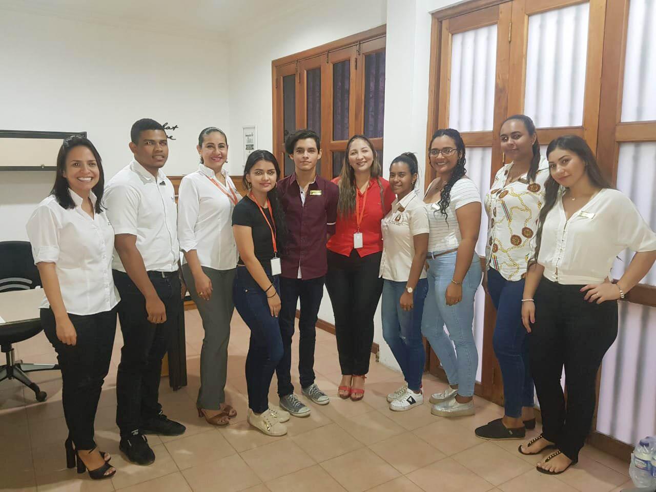 Reconocimiento a estudiantes tutores de Administración de Empresas: entrega de gafetes y certificaciones.