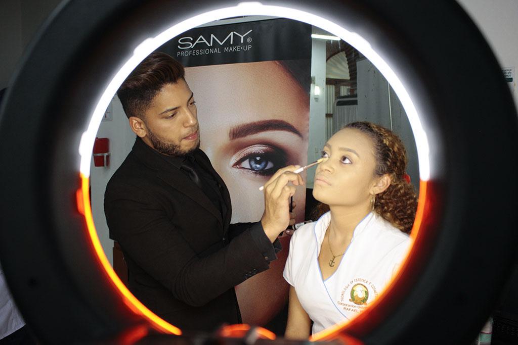 Samy Cosmetics capacita a nuestras estudiantes de Estética y Cosmetología