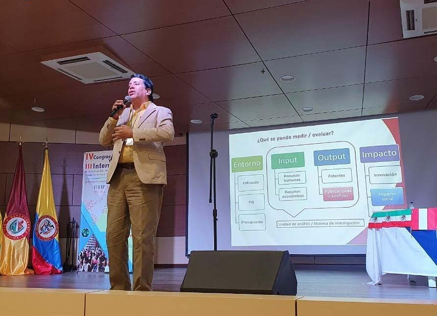 Docente Alain Castro, conferencista central de Congreso de Investigación en Ciencias Económicas, Administrativas y Contables.